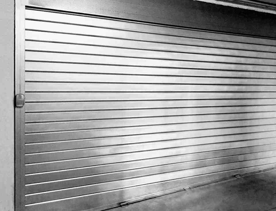 persiana enrollable metalica 960x733 - Persianas de seguridad de aluminio